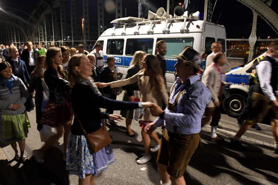 Aus den Lautsprechern des Polizeibusses schallen Wiesnhits und unterhalten die Gäste auf ihrem Heimweg.