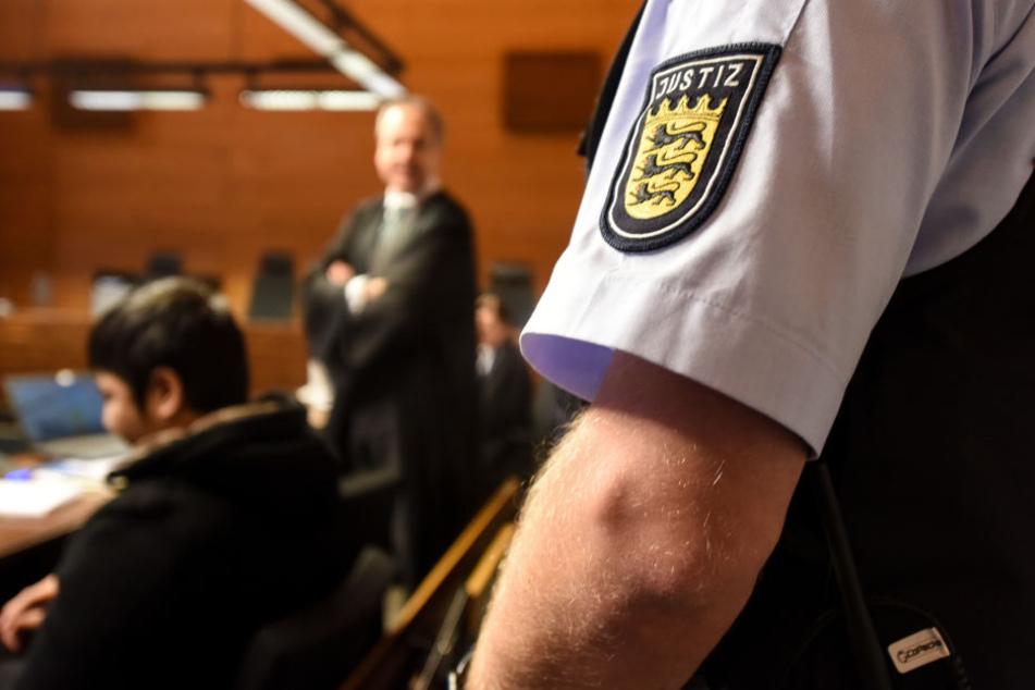 Der Angeklagte Hussein K. sitzt im Landgericht im Gerichtssaal. (Archivbild)
