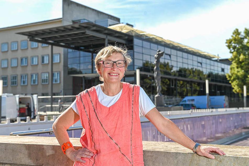 Carmen Krüger (53) vor dem Landtag in Dresden. Bald ist sie Abgeordnete für kurze Zeit.