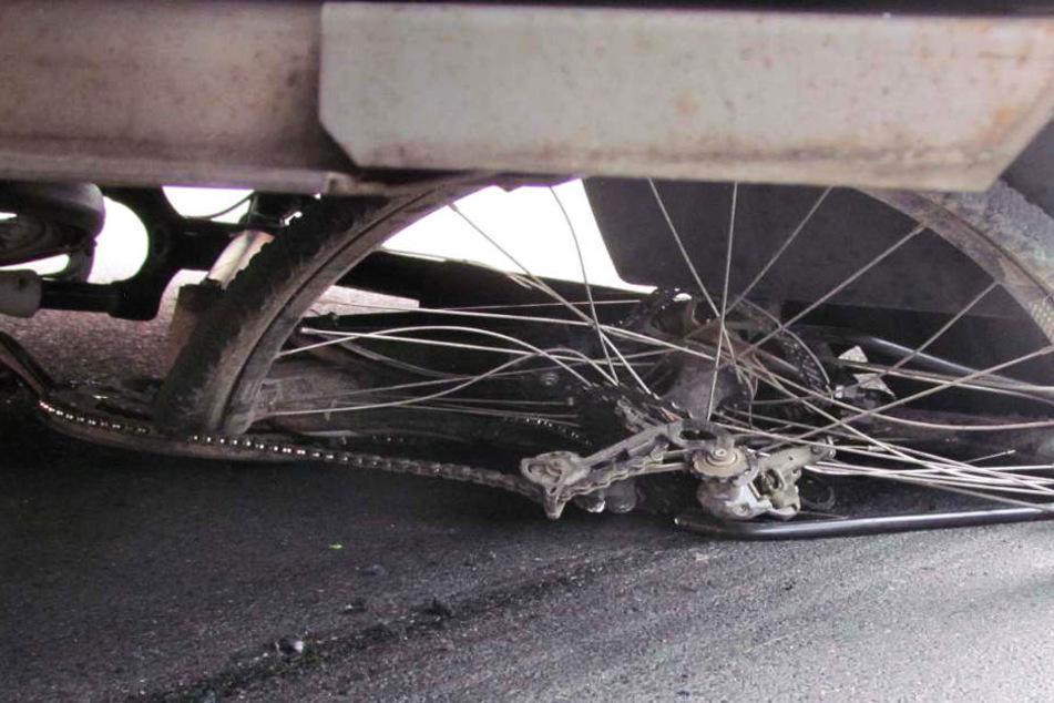 Die Polizei vermutet, dass der Lkw-Fahrer den Radfahrer beim Abbiegen übersah.