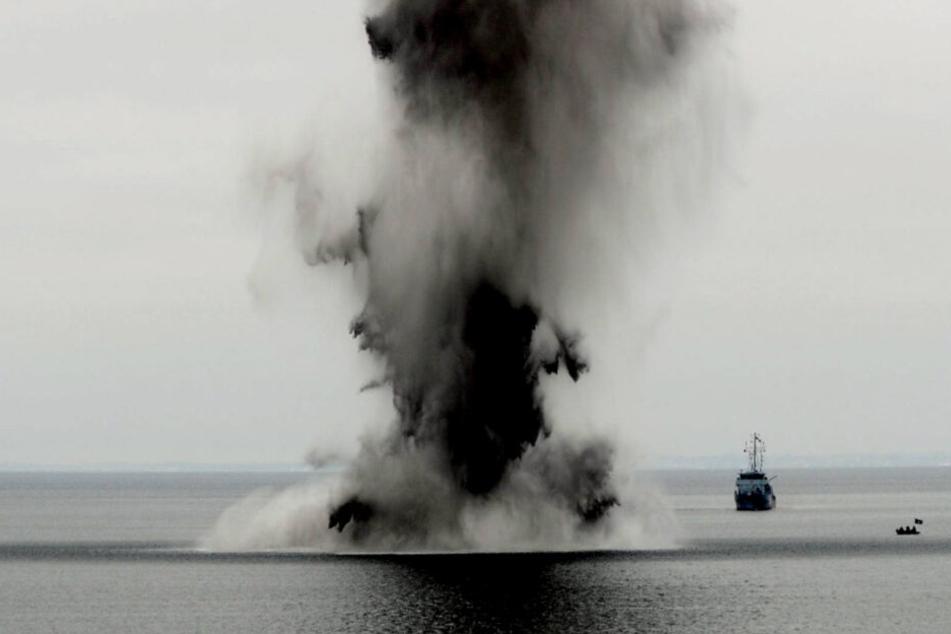 Marine-Spezialisten sprengen eine Bombe in der Ostsee. (Archivbild)