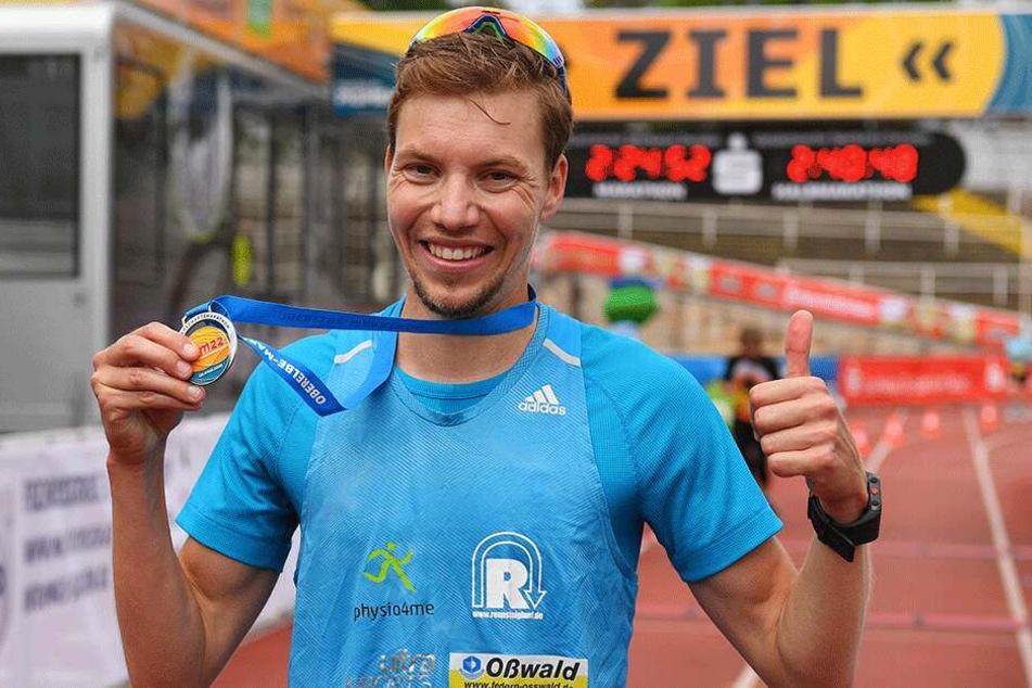 Stolz zeigt Marcel Bräutigam seine Medaille.