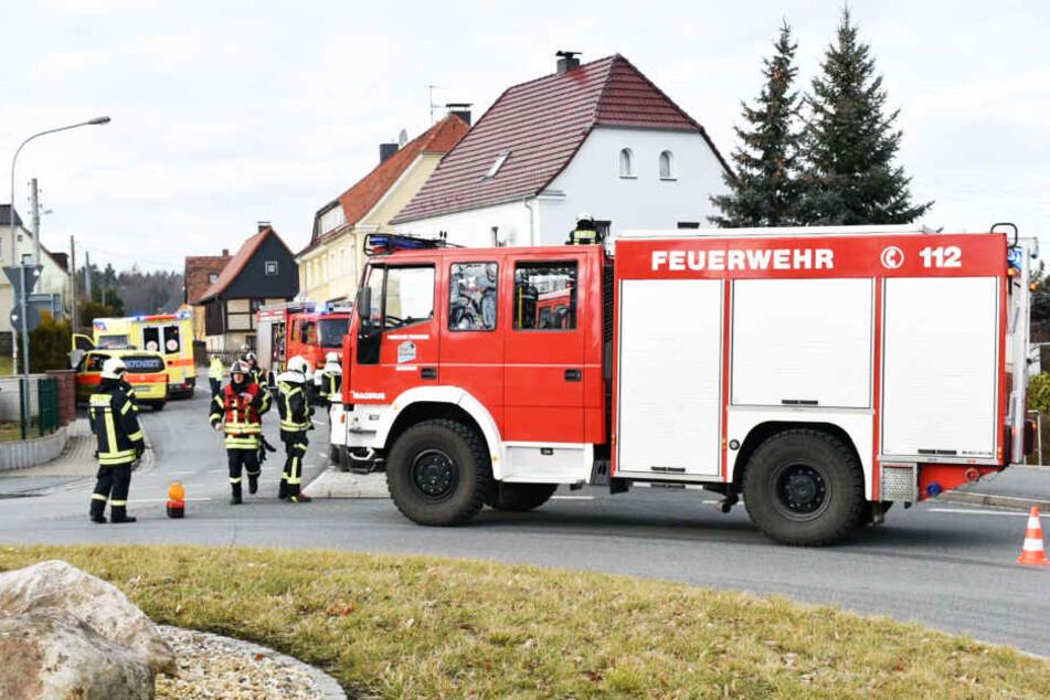 Die Feuerwehr sperrte die Bertsdorfer Straße vollständig ab.