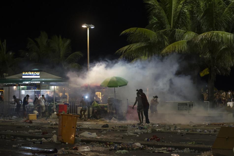 Polizisten setzen Tränengas bei Zusammenstößen im Rahmen der Karnevalsfeierlichkeiten ein.