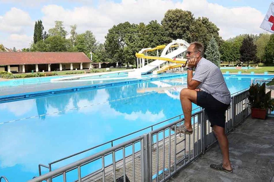 Traurig schaut Bademeister Bernd Jonas (58) auf das leere Becken in  Zwickau-Pölbitz. Wie in Planitz bleiben hier die Gäste weg.
