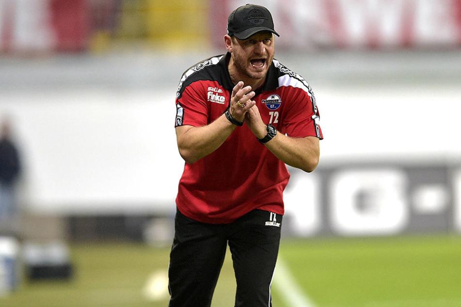 Steffen Baumgart (45) hat seine Mannschaft im Griff.