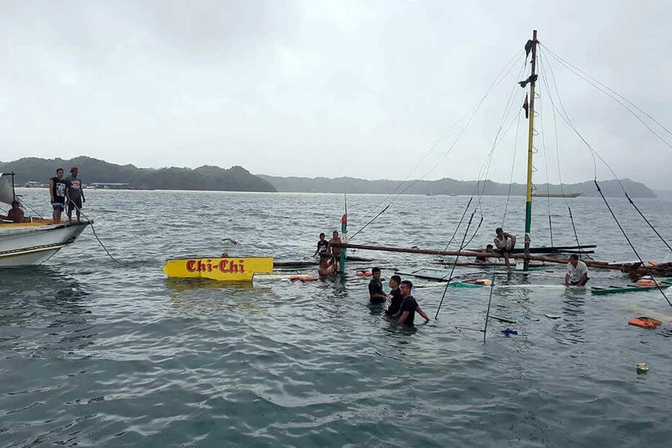 """Das Wrackteil des verunglückten Motorbootes """"Chichi"""". retter bergen die Überreste"""