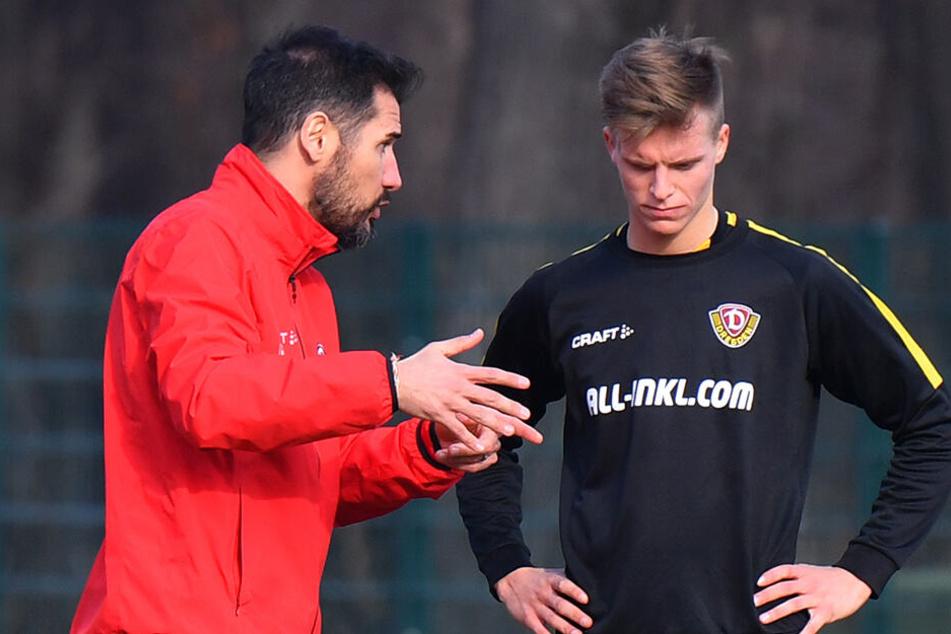 """Cristian Fiel (l.) im Gespräch mit Dzenis Burnic. Der Dynamo-Coach würde den """"Sechser"""" auch in der kommenden Saison gern in seinem Kader haben."""