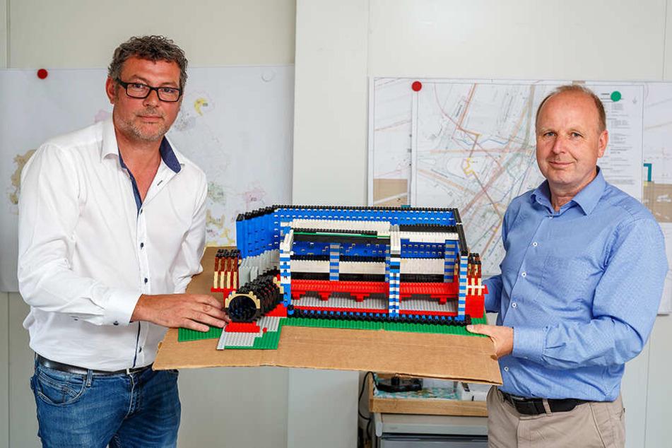 Mit diesem Modell erläuterten Andreas Reck (48) und Ralf Strothteicher (55) vor einem Jahr das Projekt. Nachdem das Modell mehrfach runterfiel, gibt es jetzt nur noch das Original.