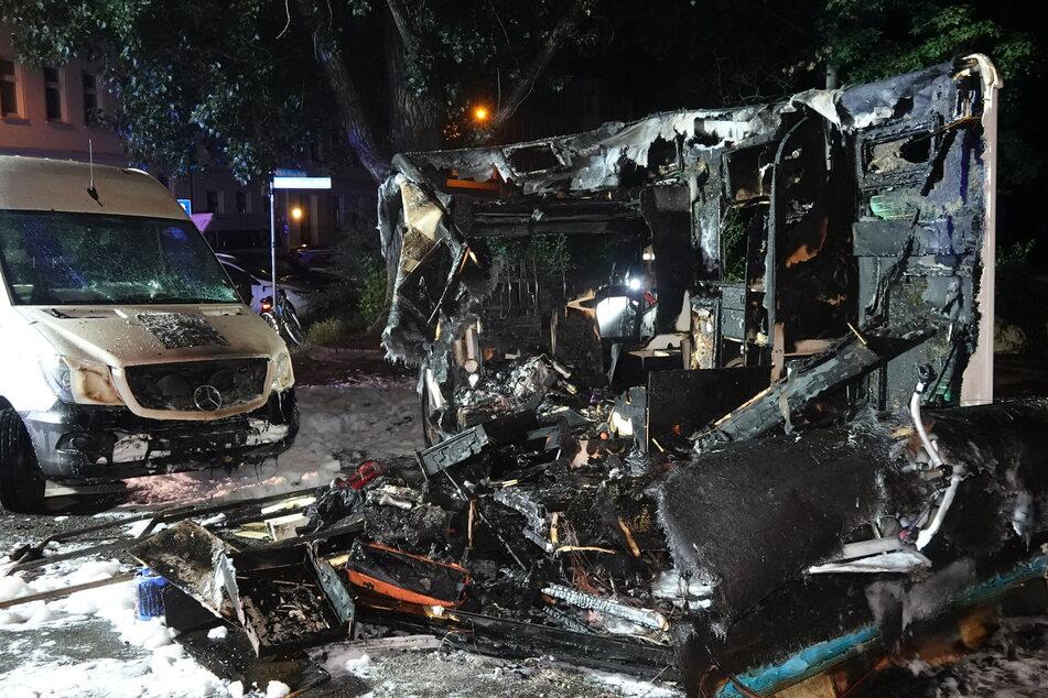 Bei dem Brand wurde das Wohnmobil vollständig zerstört. Auch ein Lieferwagen trug Beschädigungen davon.