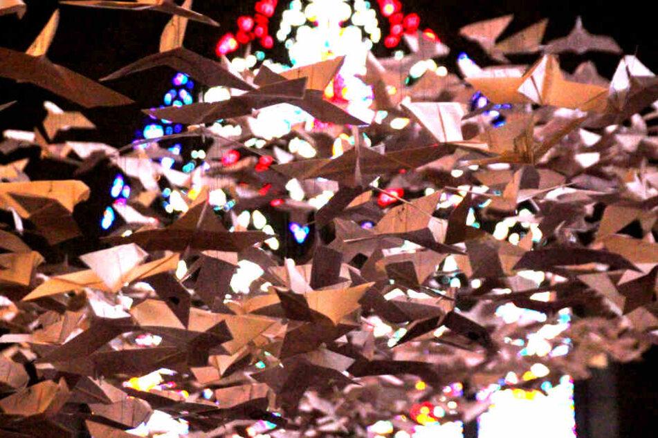 """Die Installation """"Les Colombes"""", bestehend aus rund 2000 weißen Papiertauben des Münchner Künstlers Michael Pendry hängt in der Kirche Church of the Heavenly Rest."""