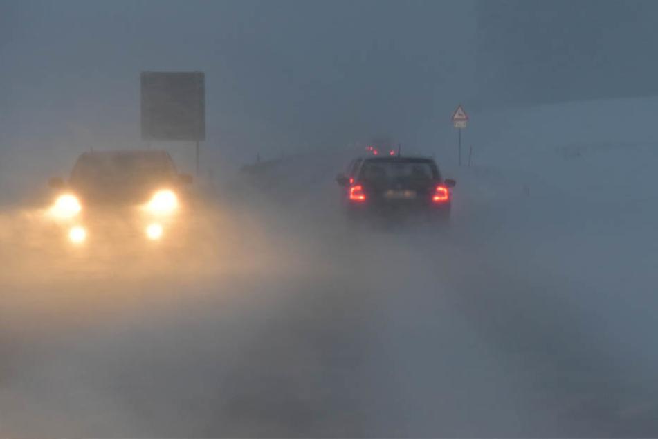Neuschnee sorgt für Verkehrsbehinderungen auf den Straßen.