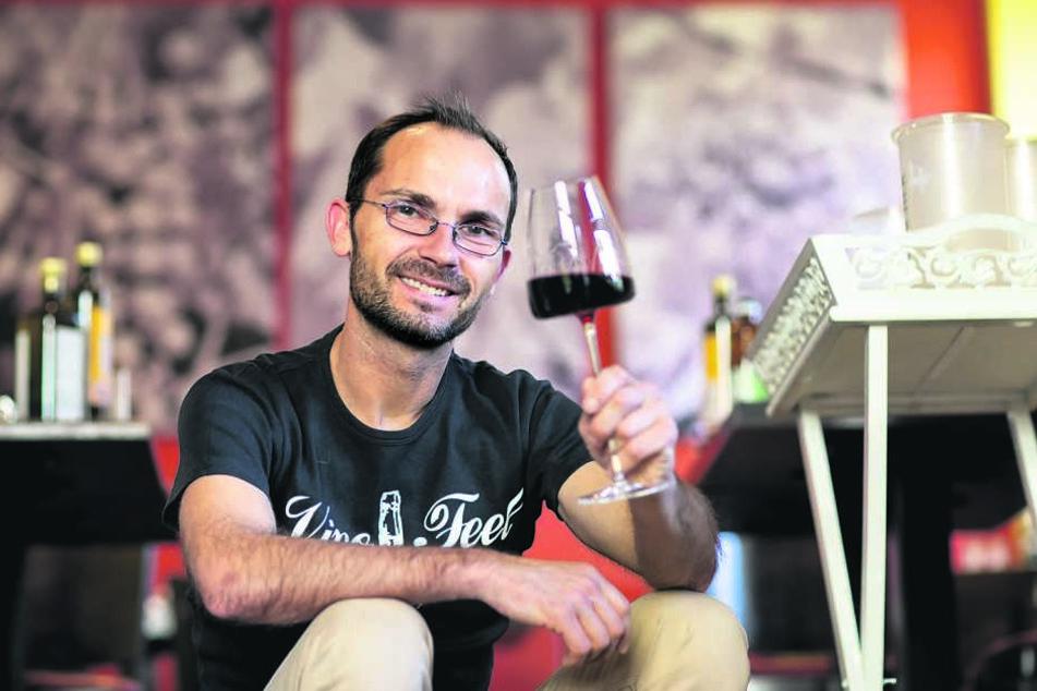 """Silvio Nitzsche (44) gehört mit seiner """"WeinKulurBar"""" in Striesen zu den besten Sommeliers in ganz Deutschland."""