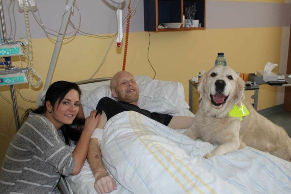 Daniela Trambowsky (l.) besucht mit ihrem Golden Retriever Sunny regelmäßig Schwerkranke auf der Leipziger Palliativstation. Der Patient auf dem Foto ist mittlerweile leider schon verstorben.
