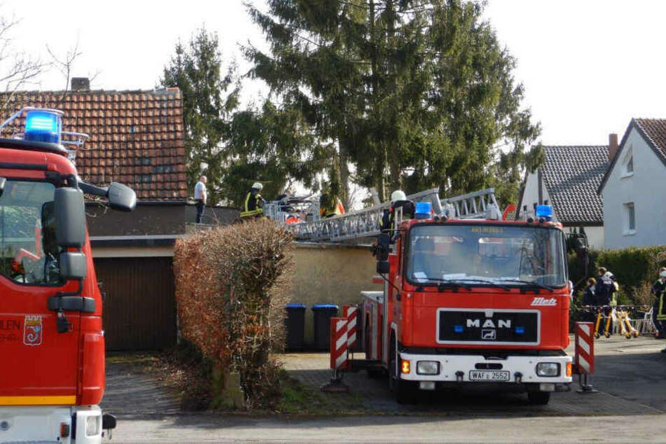 Die Feuerwehr rettete den Mann vom Garagendach.