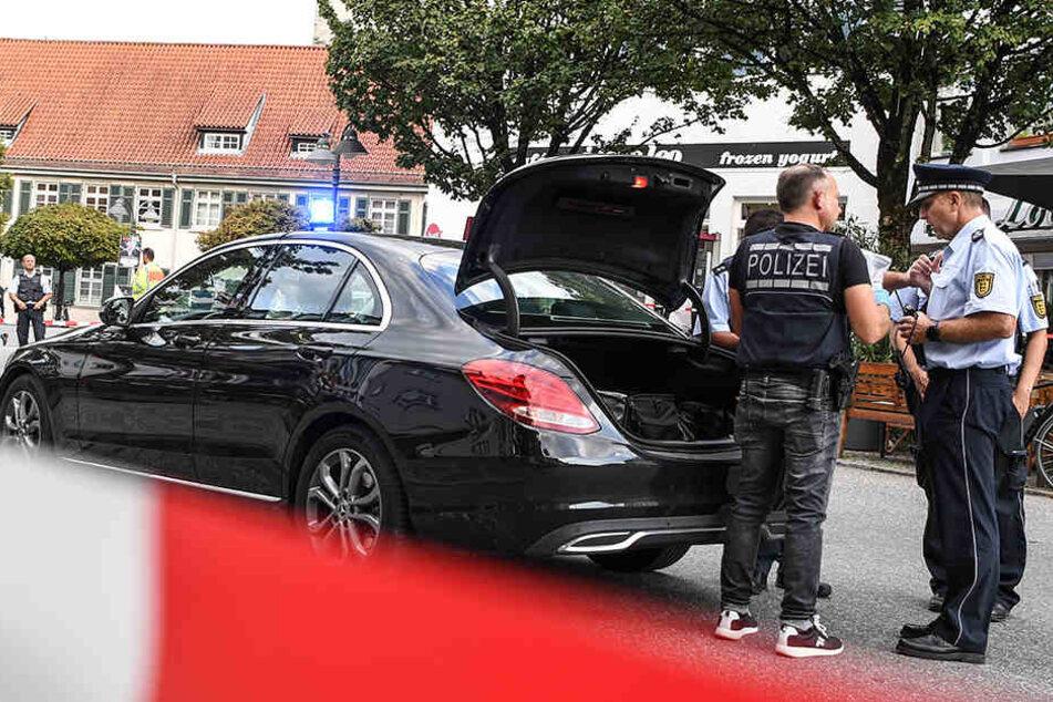 Polizisten stehen vor dem Tatort auf dem Marienplatz in Ravensburg.
