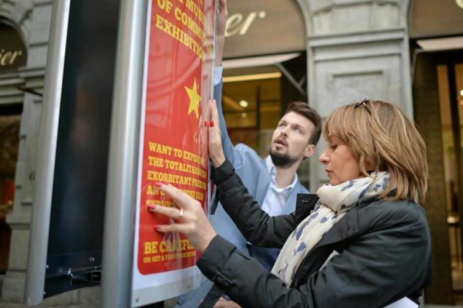 Die Stadtverwaltung macht mit Plakaten auf die dreisten Methoden der Taxifahrer aufmerksam.