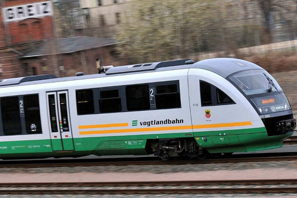 In und vor einer Vogtlandbahn am oberen Bahnhof in Plauen kam es zu hässlichen Szenen zwischen der Polizei und Lok-Anhängern. (Archivbild)