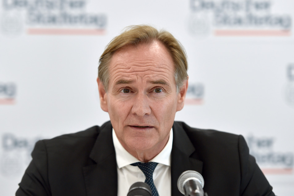 Burkhard Jung (SPD), Oberbürgermeister der Stadt Leipzig und Präsident des Städtetages, spricht während einer Pressekonferenz. Der Städtetag hat Pläne des Bundesfinanzministeriums zu einem milliardenschweren Schutzschirm für die wegen der Corona-Krise in Not geratenen Kommunen begrüßt.