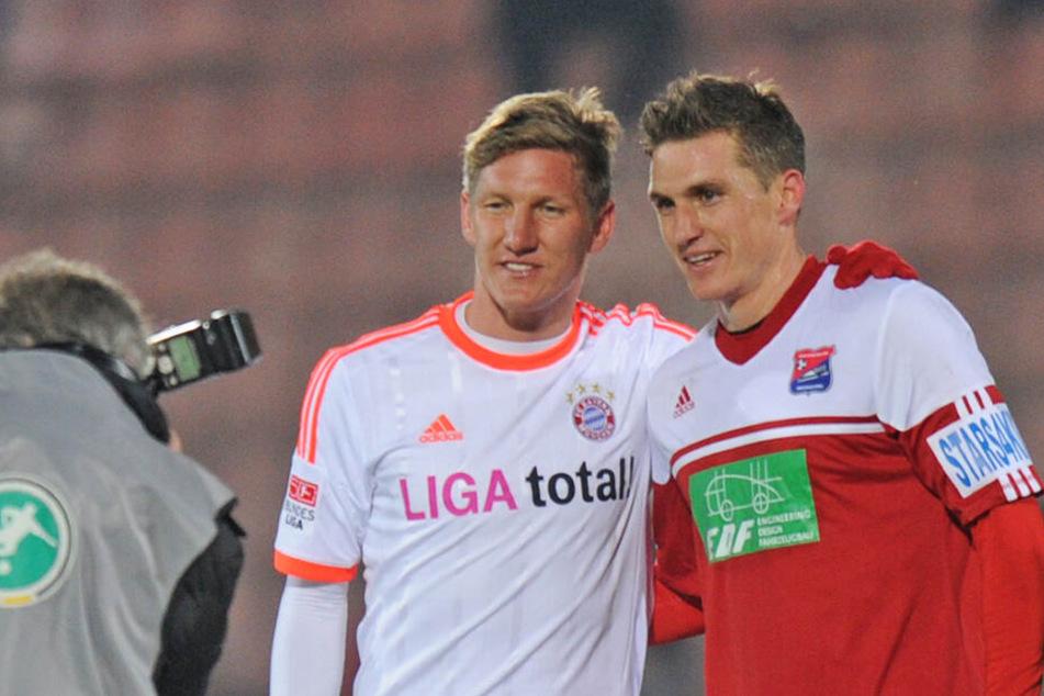 Tobias Schweinsteiger, damals in Diensten der SpVgg Unterhaching, posiert nach einem Freundschaftsspiel mit seinem Bruder Bastian.