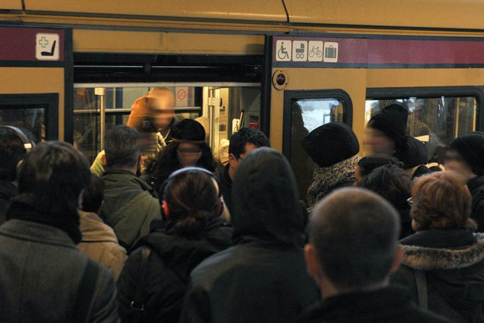 Am Dienstagmorgen kommt es massiv zu Verspätungen und Zugausfällen. (Symbolbild)