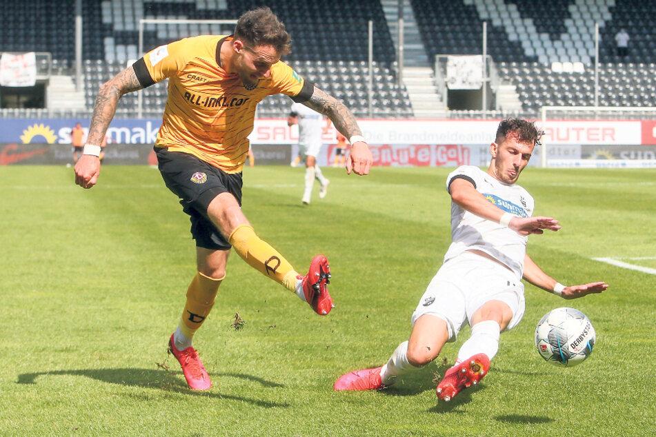 Patrick Schmidt, der hier vorm Sandhausener Leart Paqarada abzieht, hat in den sozialen Netzwerken davon erfahren, dass Dynamo wohl nicht mehr mit ihm plant, Dabei wäre der Angreifer trotz des Abstiegs in die 3. Liga gern geblieben.