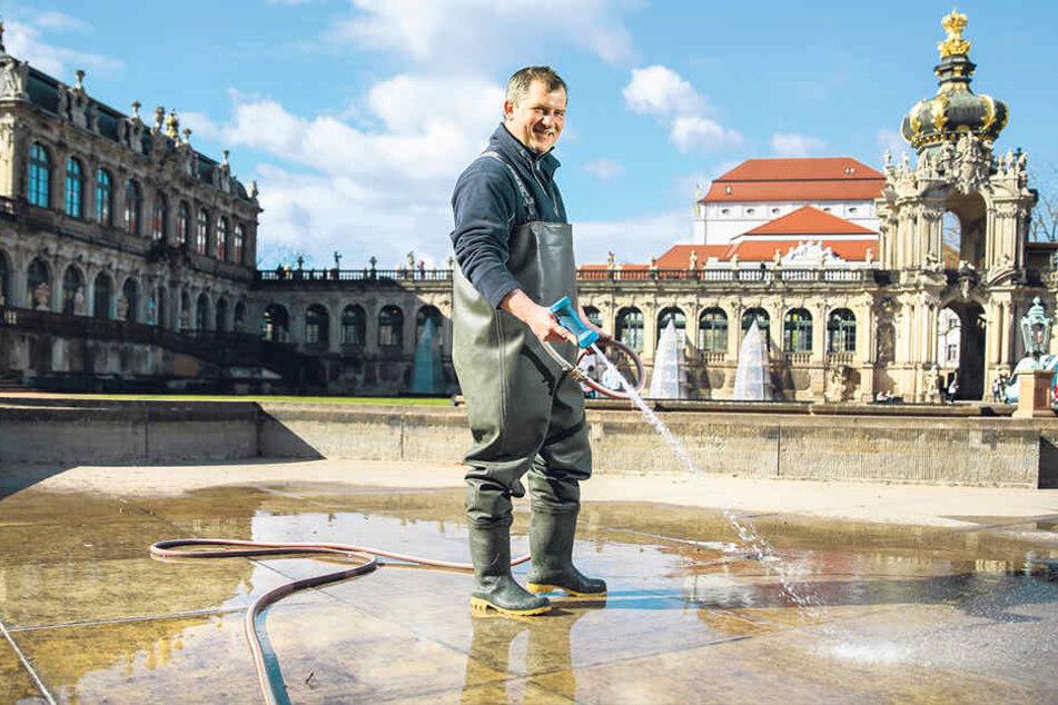 Wasser marsch! Renato Wohlfahrth (45) spritzt das Becken vom Hofbrunnen im Zwinger blitzeblank.