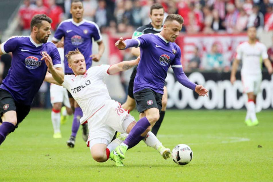 Mirnes Pepic (r.) setzt sich gegen den Düsseldorfer Rouwen Hennings durch. Das Spiel am 21. Mai war der bislang letzte Zweitliga-Einsatz des talentierten Auers.