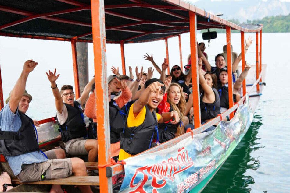 Mit dem Longtail-Boot fahren die Top 24 über den Chiao Lan See im Nationalpark Khao Sok zu ihrem Hotel.