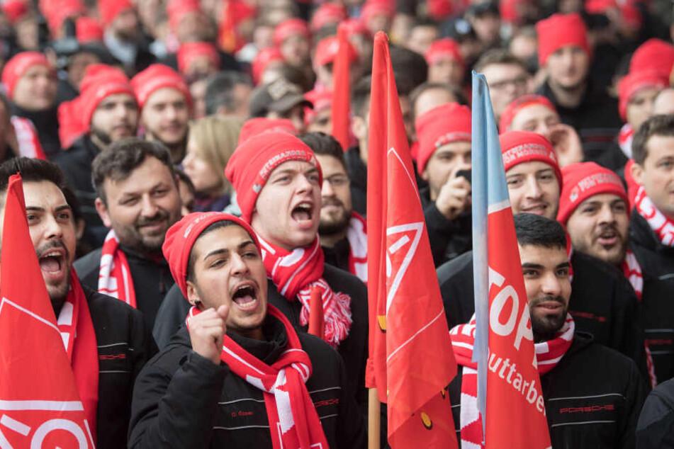 Mitarbeiter der Porsche AG nehmen in Stuttgart an einer Kundgebung der IG Metall teil. (Symbolbild)