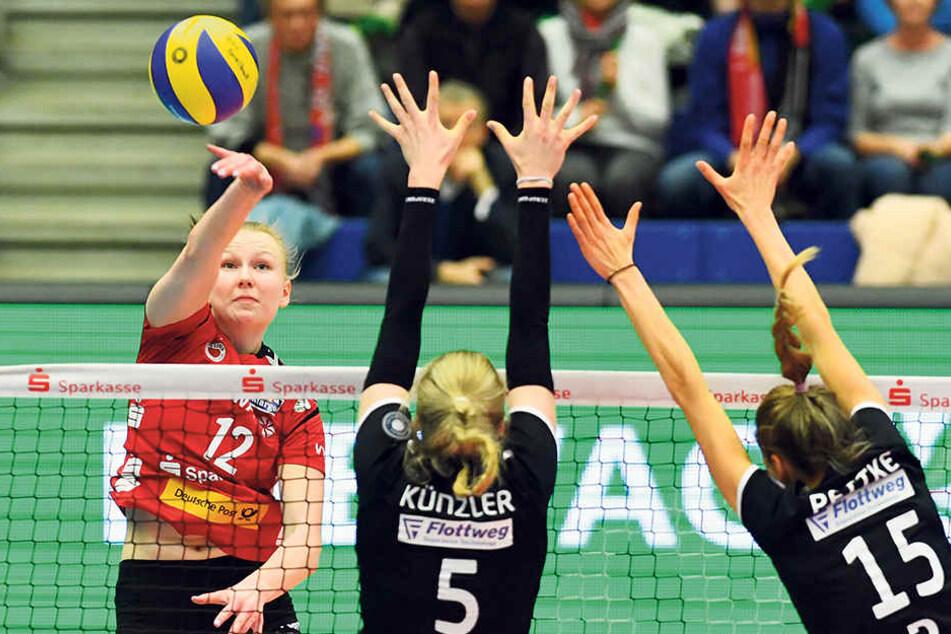 Piia Korhonen (l.) hämmerte den Ball am Sonnabend gegen Vilsbiburg perfekt am Block vorbei ins Feld.