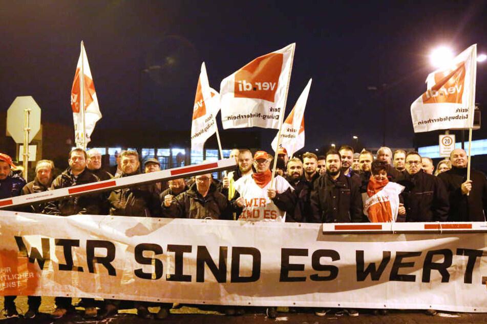 Streikteilnehmer am Dienstag in Duisburg.