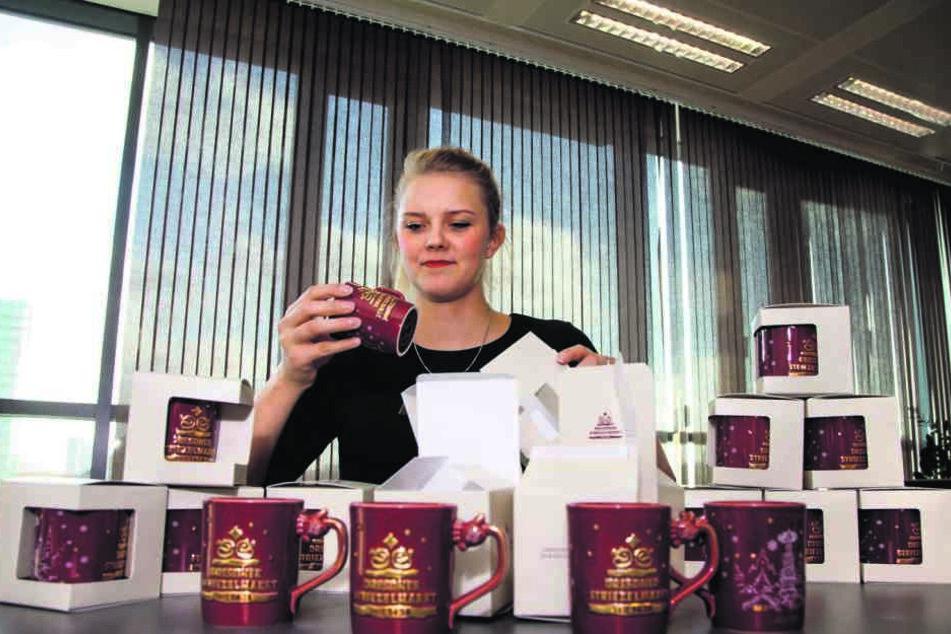 Dresden-Information-Mitarbeiterin Julia Peetz (27) verpackt die limitierten Glühweinbecher