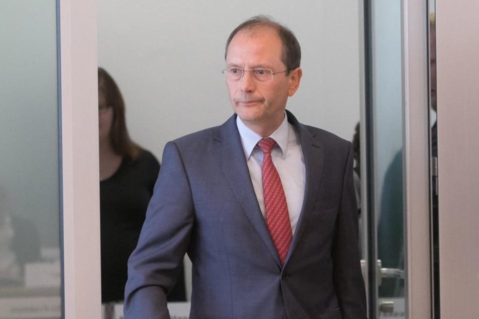 Innenminister Markus Ulbig (52, CDU) will hart gegen Polizisten vorgehen, die  Anhänger der Reichsbürger-Bewegung sind. Einer  ist bereits suspendiert.