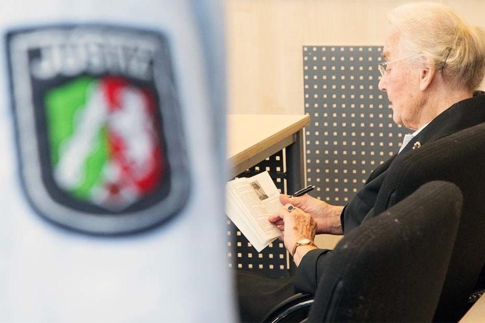 Auf den ersten Blick wirkt die 88-jährige Ursula Haverbeck wie eine ganz normale ältere Dame. Doch der Schein trügt!