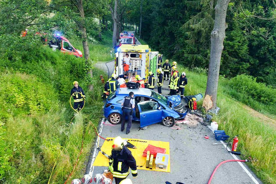 Der Opel war frontal gegen einen Baum gefahren.