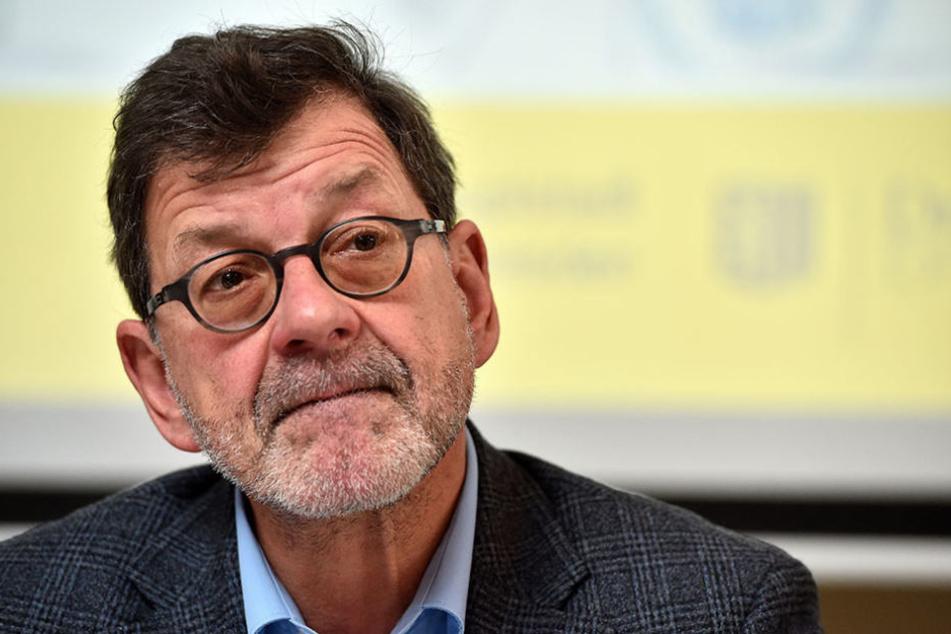 Straßenbauamts-Chef Reinhard Koettnitz (62) erklärt, was es mit dem Containerdorf auf sich hat.