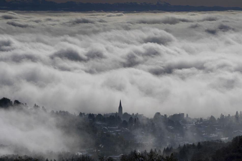 Ein Dorf in der Metropolregion Lyon liegt unter einer Wolkendecke. Der französische Wetterdienst warnte in mehreren Departements im Osten des Landes vor Schnee und Glätte.