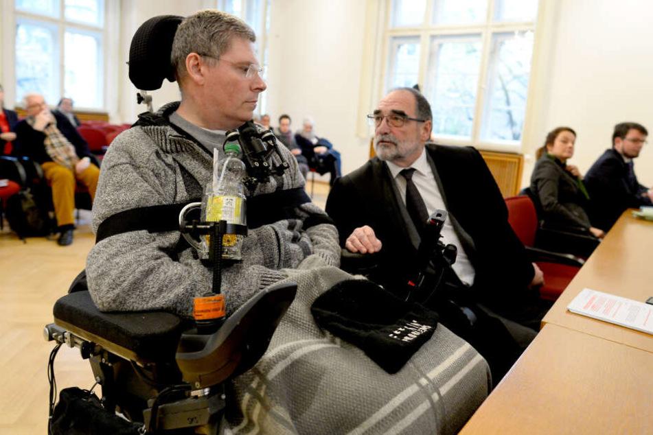 Kläger Harald Mayer (l.) unterhält sich mit seinem Rechtsanwalt Robert Rossbruch vor Beginn des Prozesses im Verwaltungsgericht.