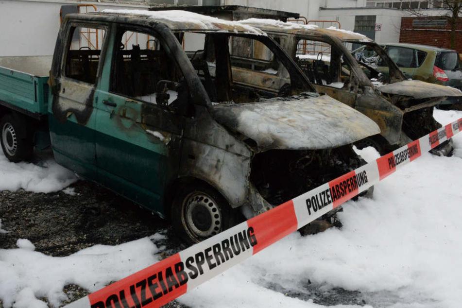 Drei Autos brannten an der Lagerhalle völlig aus.