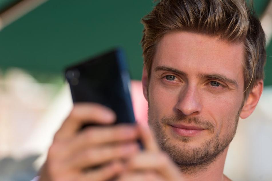"""Nein das ist kein Schwangerschaftstest, sondern ein Smartphone. Dennoch Jörn Schlönvoigt (31) wird laut """"Bild"""" Vater."""