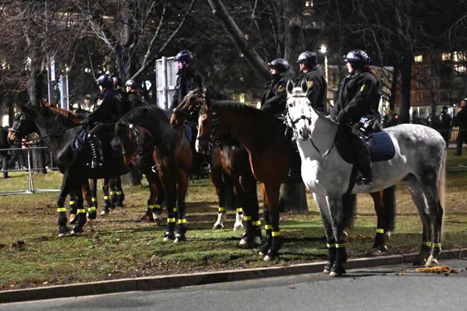 Auch berittene Polizisten sind vor Ort.