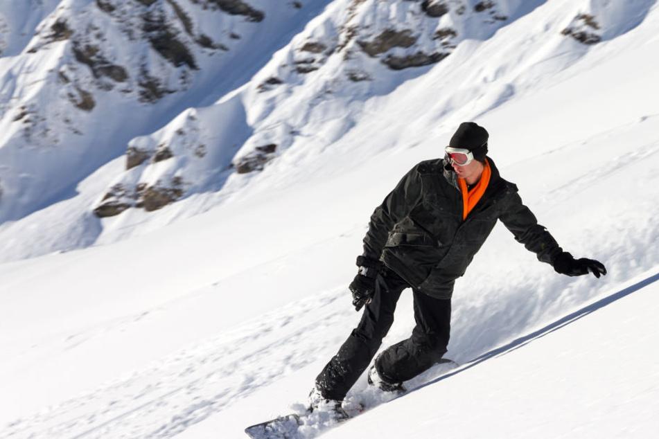 Snowboarder kommt von der Piste ab: Survival-Trick aus dem TV rettet sein Leben