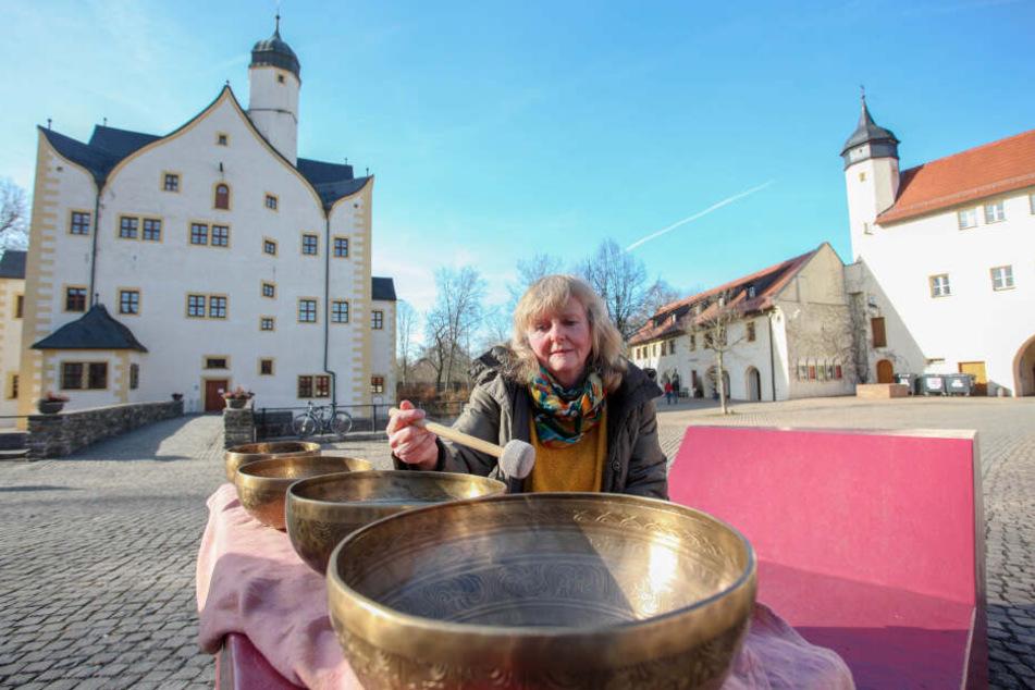 Ruth Röller (54) will Messebesucher am Wochenende mit ihren Klangschalen beruhigen.