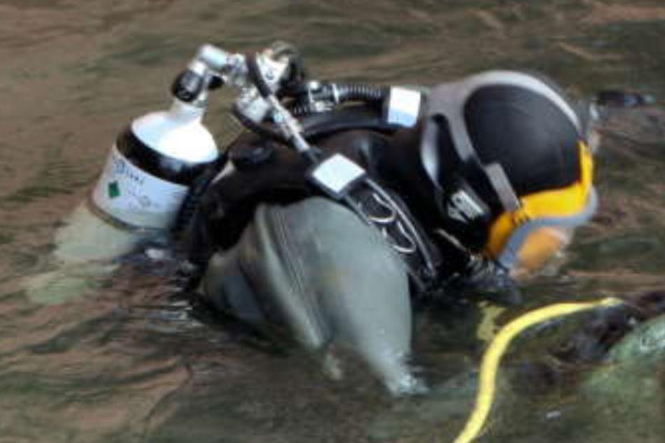 Ein Taucher sucht den Fluss nach einer gestürzten Person ab. Für die 87-Jährige kam jedoch jede Hilfe zu spät. (Symbolbild)