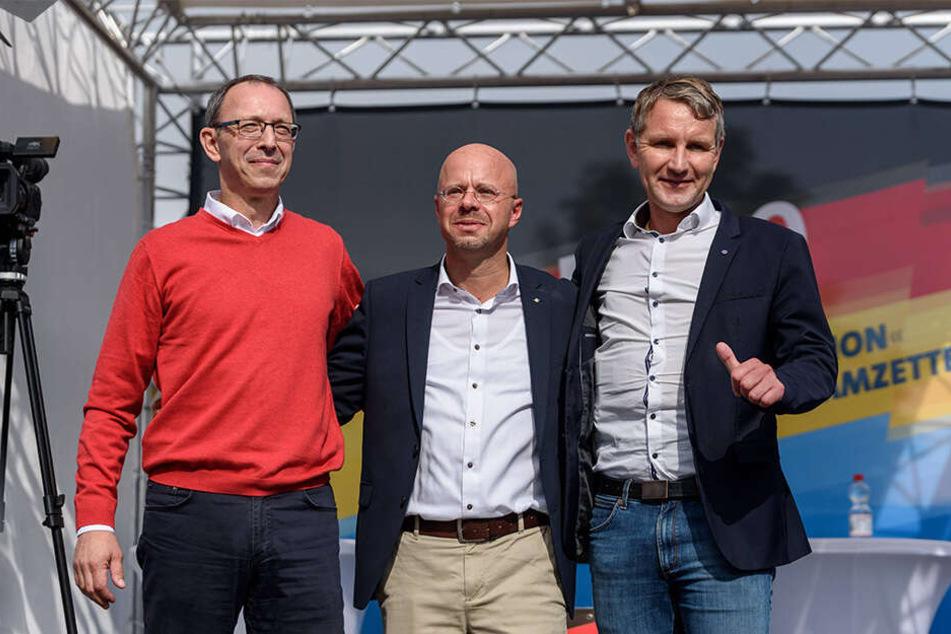 Geschlossene Reihen bis nach rechtsaußen: Das AfD-Trio Jörg Urban, Andreas Kalbitz und Björn Höcke beim Wahlkampfauftakt in Brandenburg.