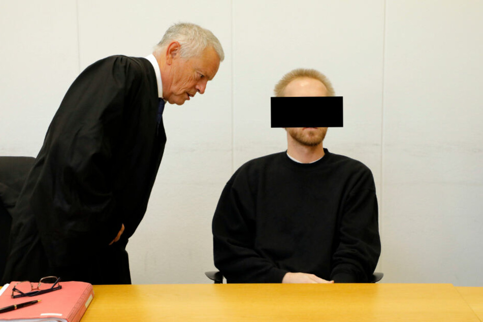 Dr. Patrick K. mit seinem Verteidiger vor Gericht: Der Chemie-Doktor muss in eine Psychiatrie.