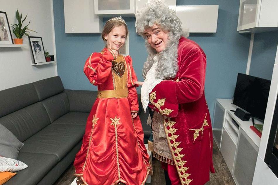 August der Starke hat zum Hausbesuch bei Annabell Lina das Kleid der Pfefferkuchenprinzessin mitgebracht. Es muss bis zur Krönung noch gekürzt werden.
