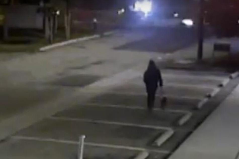 Eine Überwachungskamera zeichnete auf, wie der Mann den Hund im Stich ließ.