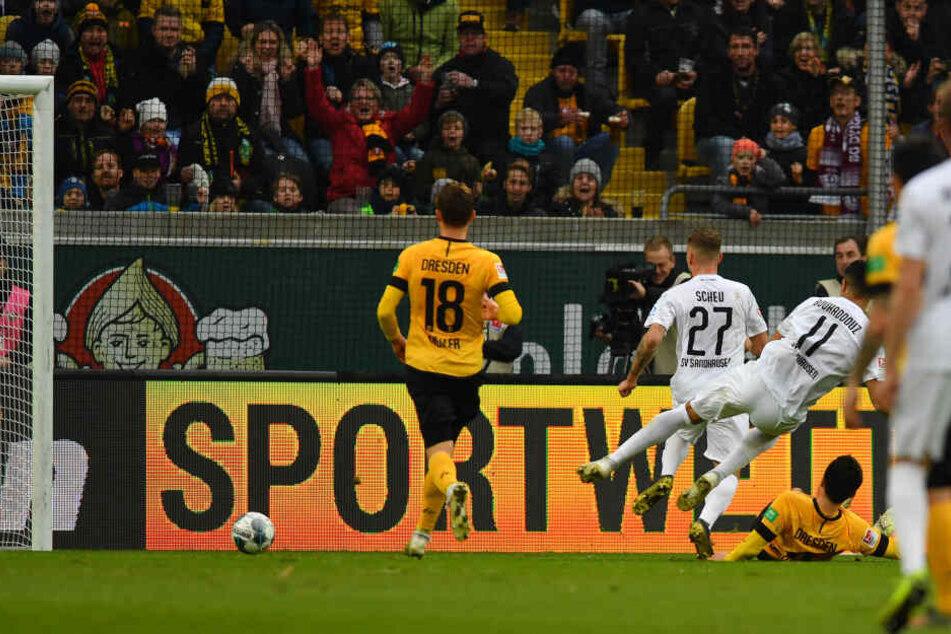 Robin Scheu trifft im Nachsetzen nach de Elfmeter für Sandhausen zum 1:1-Ausgleich.